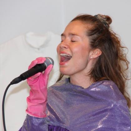 LYDKUNST: Hannah Anbert inviterer til fællessang