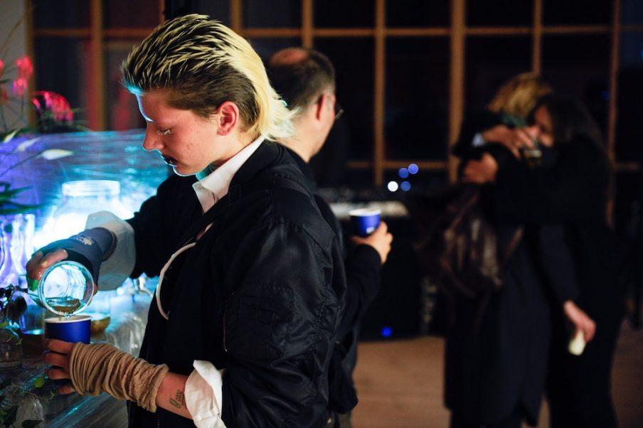 I løbet af aftenen blev der serveret gratis vodka-drinks og svampecocktails, leveret af kunstnergruppen APXIV. Foto: Christian Brems