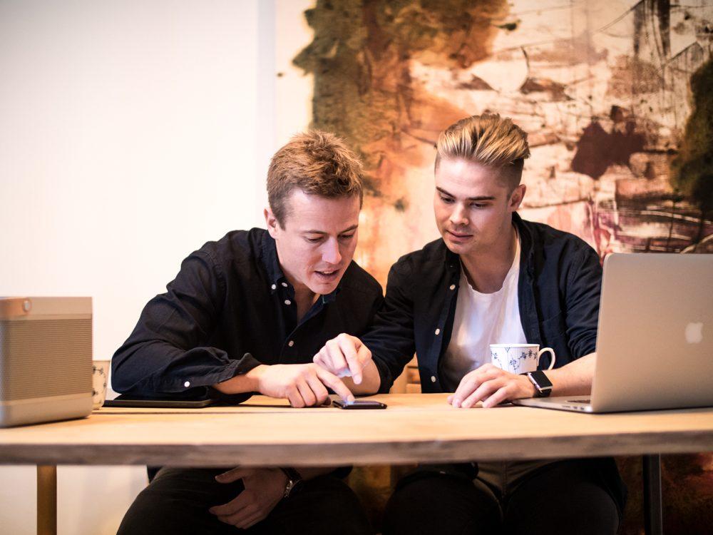 Brødrene Mattis og Jeppe Curth har sammen stiftet online-portalen Artland. Foto: Mikkel Hjort