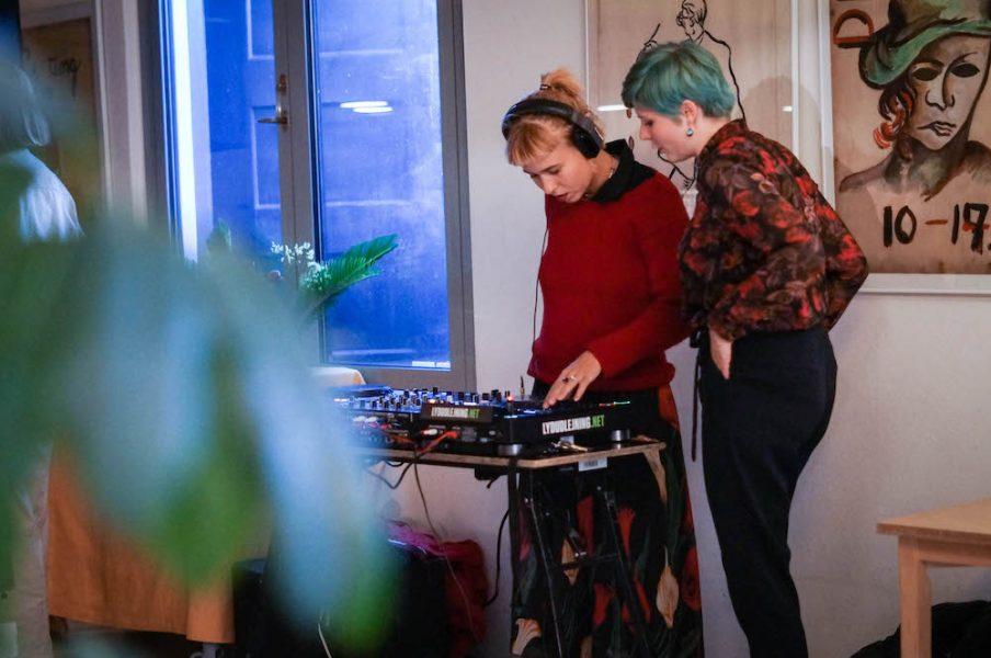 Musik og samtidskunst mødes. KaPoW Collective bag DJ-pulten på Den Frie Udstillingsbygning. Foto: Valentina Ponce Lopez