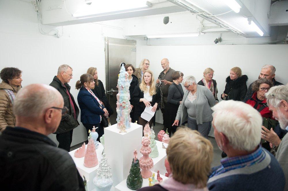 I forbindelse med Gallery Day&Night fredag den 24. maj inviterede Art Week publikum med på fire gallerivandringer rundt til Københavns bedste gallerikvarterer. På turen til Kødbyen kom vi forbi V1, hvor man blandt andet kunne se Klara Lilja-udstillingen <em>Philosopher's Mountain</em>. Foto: Christian Brems