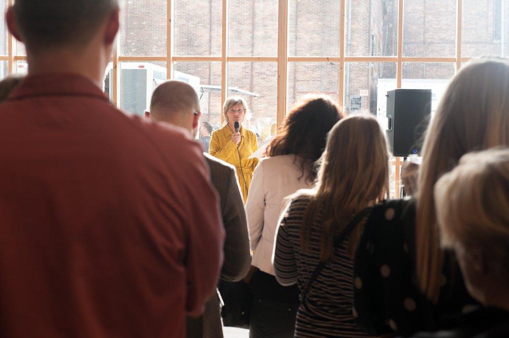 Programdirektør Christina Wilson siger velkommen ved åbningsfesten på Copenhagen Contemporary. Foto: Christian Brems.