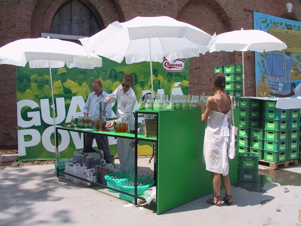 Salg af sodavanden Guaraná Power på Venedig Biennalen, 2003. Foto: SUPERFLEX