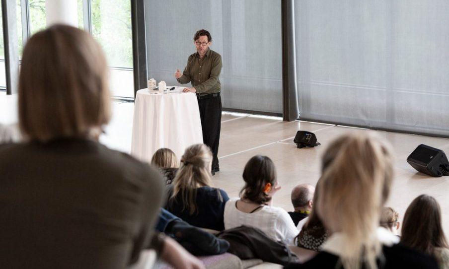 Med forskellige samarbejdspartnere arrangerer vi hvert år en række faglige arrangementer. I 2019 lavede, i samarbejde med Statens Museum for Kunst, et seminar, hvor både publikum og fagfolk kunne blive klogere på performancekunsten. Foto: Ingvar Mulvad.
