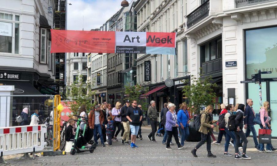 Vi belyser hvert år vores aktører og aktiviteter digitalt såvel som i byrummet. Med bannere på strøg og på centrale gader og Art Week-markører ved vores deltagende udstillingssteder synliggør vi kunstugen for byens borgere. Foto: Jan Falk Borup