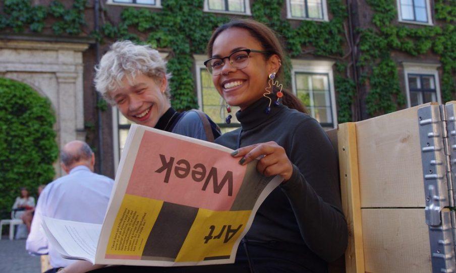 I 2017 lancerede vi for første gang vores programavis, som kunne findes på caféer, biblioteker og kunstinstitutioner i ugerne op til kunstugen. Avisen fungerer som talerør for vores mange aktører og skaber overblik over kunstugens alsidige program. Foto: Elina Kamby.