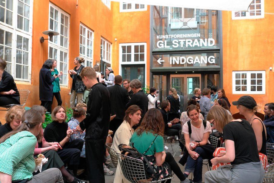 Ved port folio review mødtes internationale kuratorer med unge danske kunstnere på Kunstoforeningen Gl. Strand. Foto: Frederikke Lind Larsen