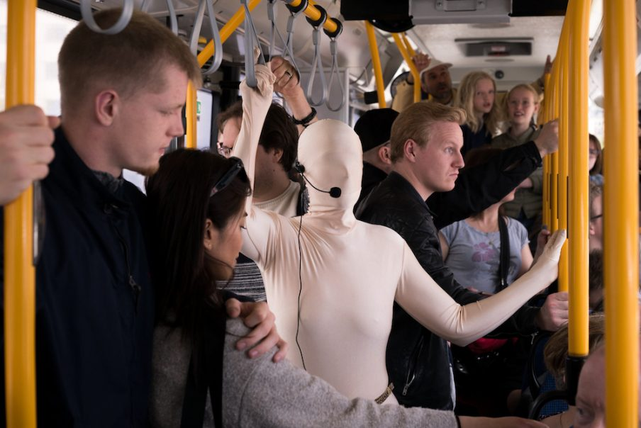 Nanna Lysholt Hansen udfører performance i bus 9A under artweek 2019. Foto: Charlotte Lakits
